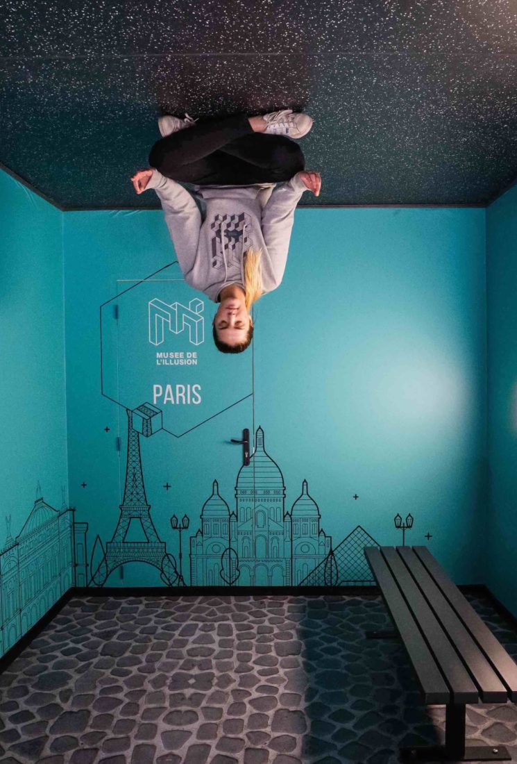 Paris Musée de l'Illusion - suspendu au plafond