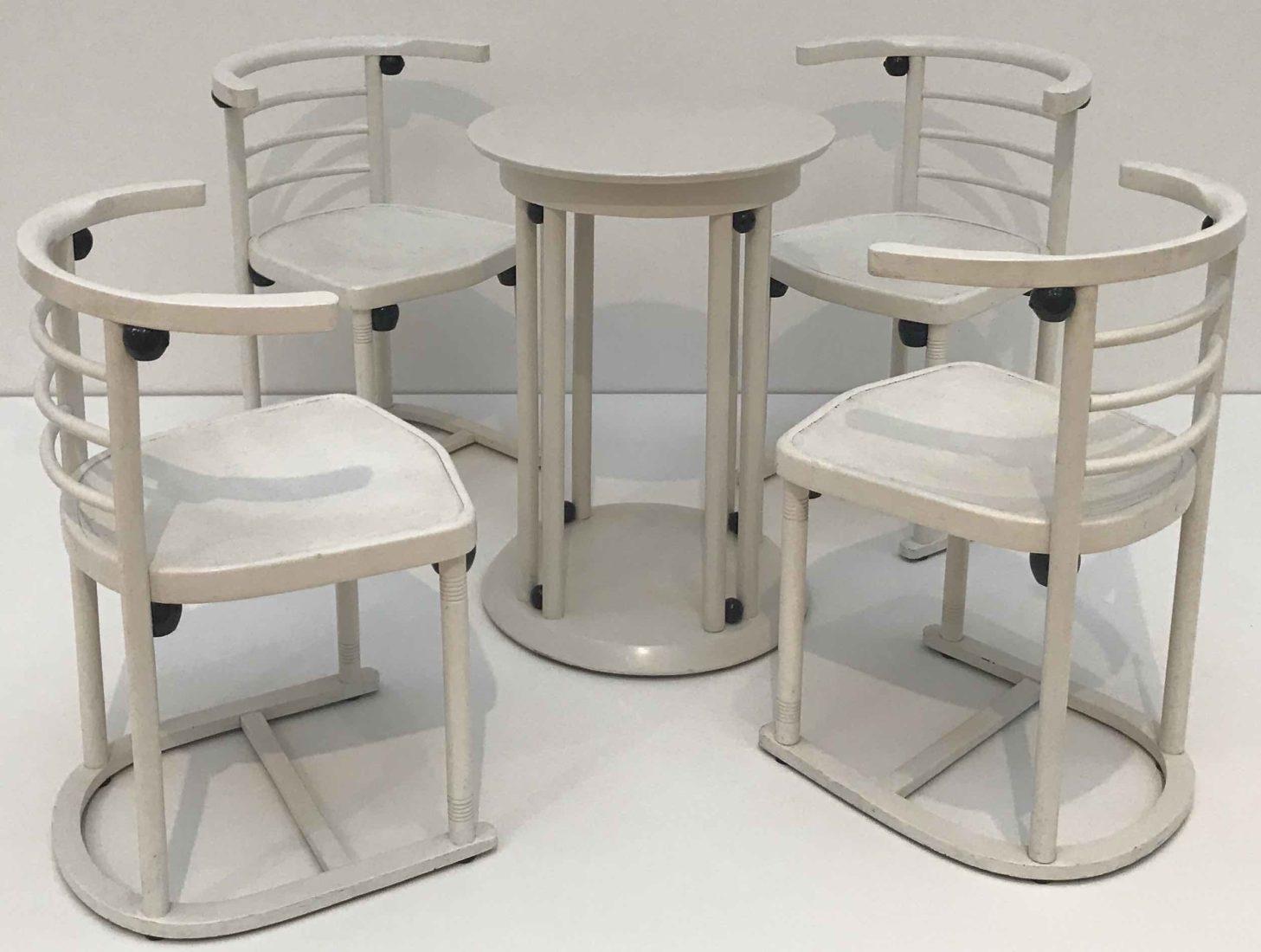 Ensemble de quatre chaises et une table, Cabaret Fledermaus