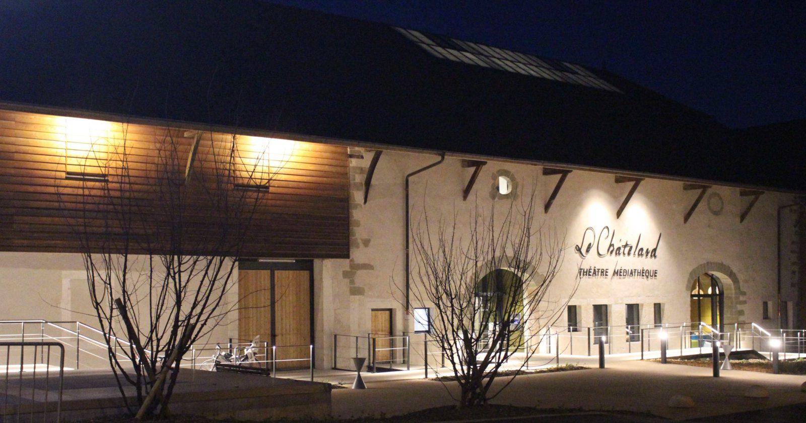 médiathèque de Ferney-Voltaire façade de nuit