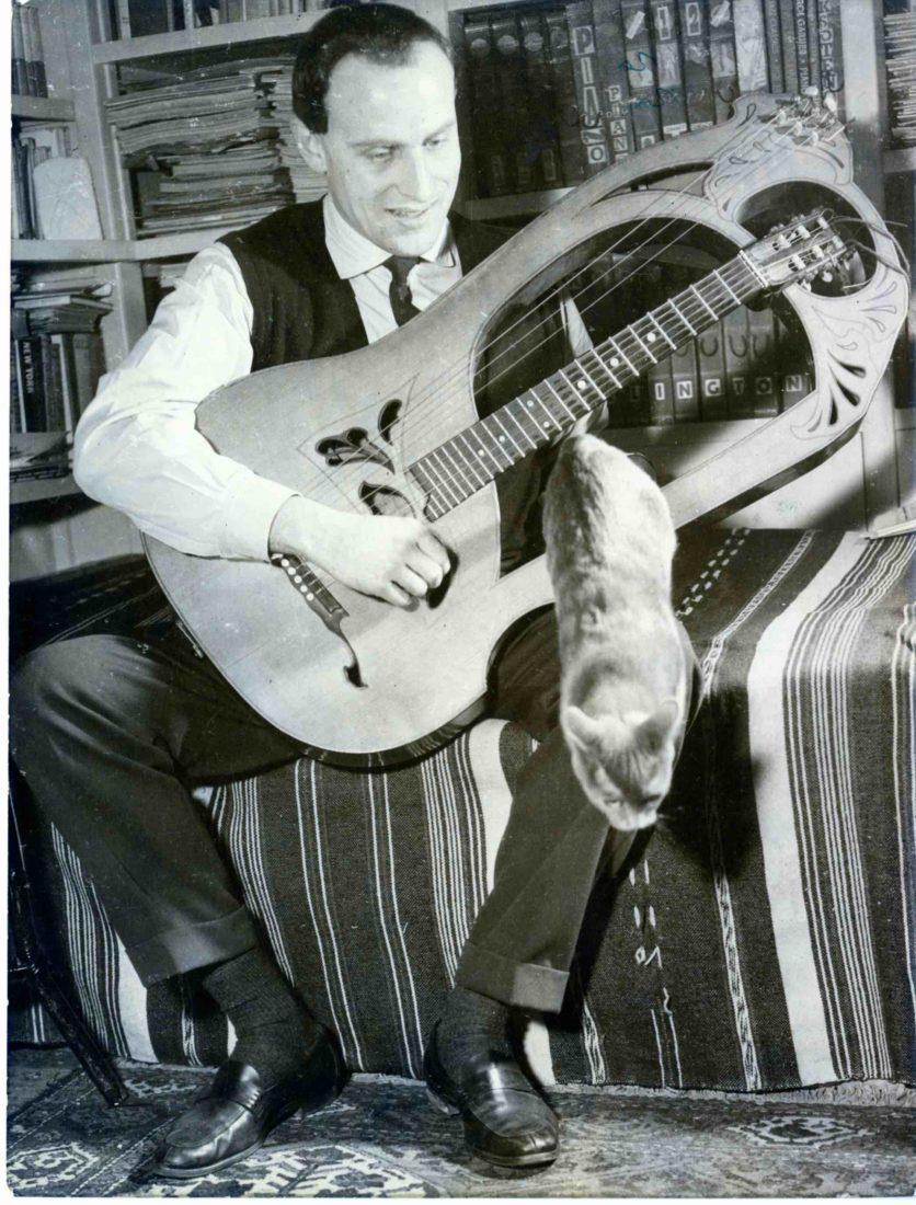 Boris Vian joue de la guitare Lyre