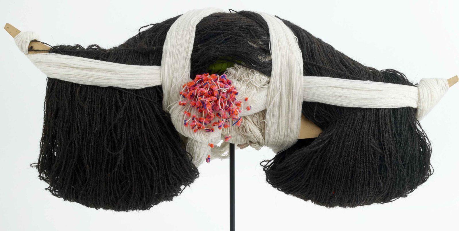 Coiffe de femme longues cornes Musée des Confluences