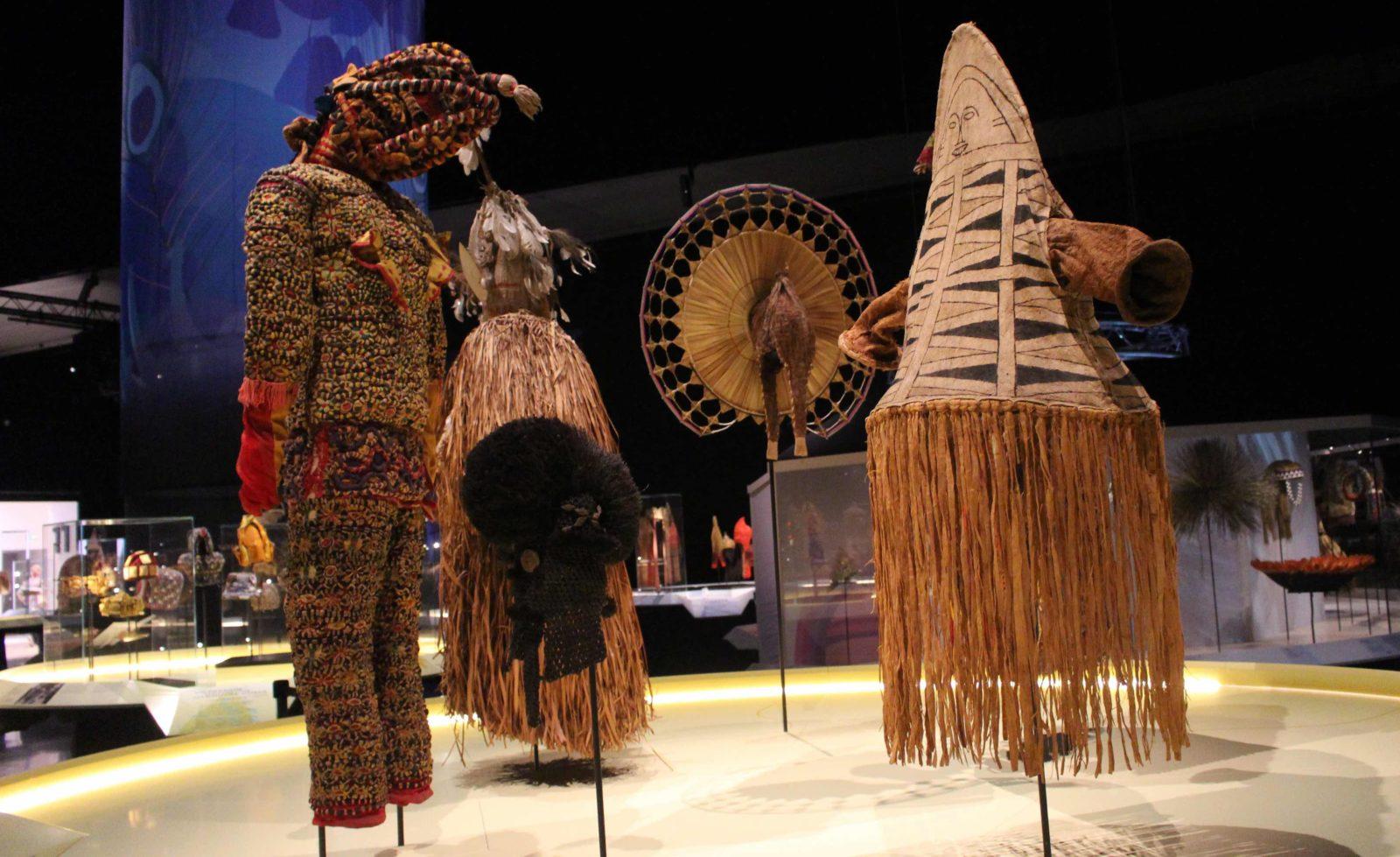 Vêtements et coiffes exposition Confluences Lyon 2020