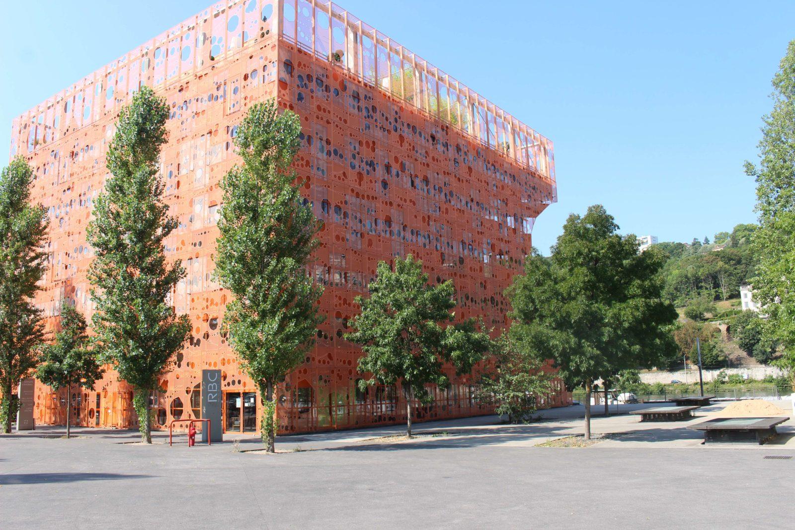 Confluences Lyon cube orange sur le quai Rambaud