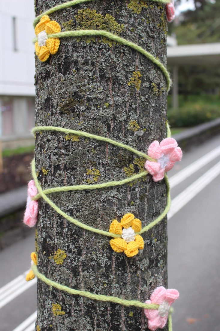Tricot Graffiti Lausanne 2020 fleurs roses