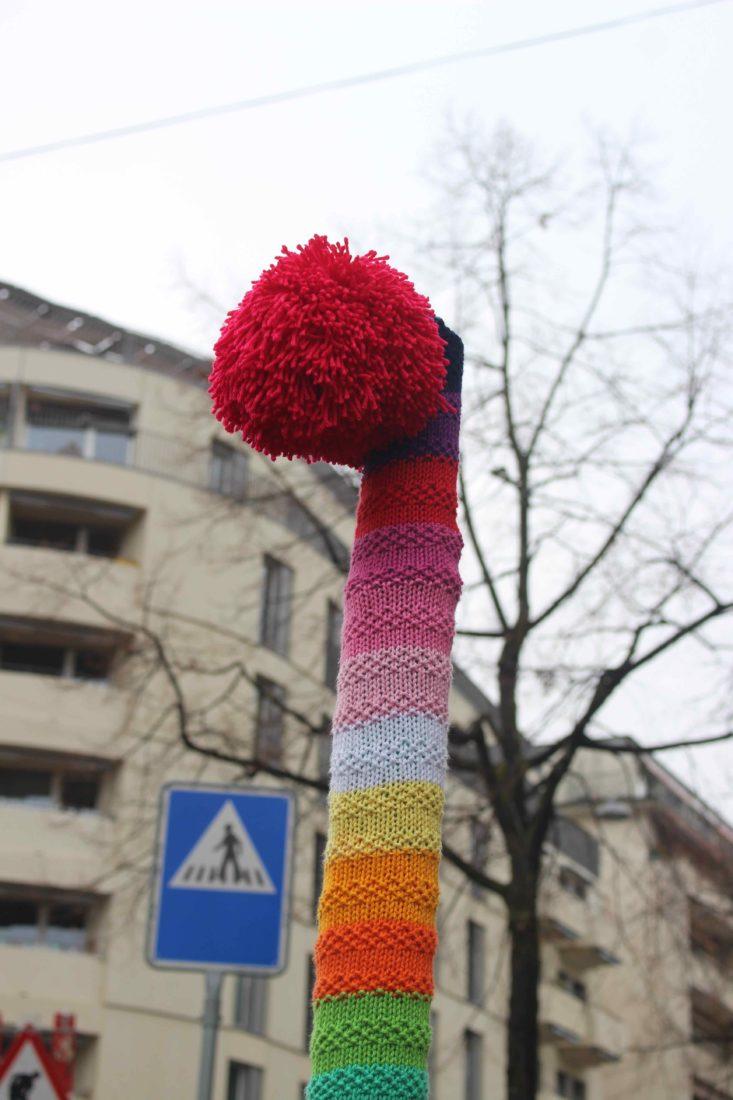 Tricot Graffiti Lausanne pompon rouge