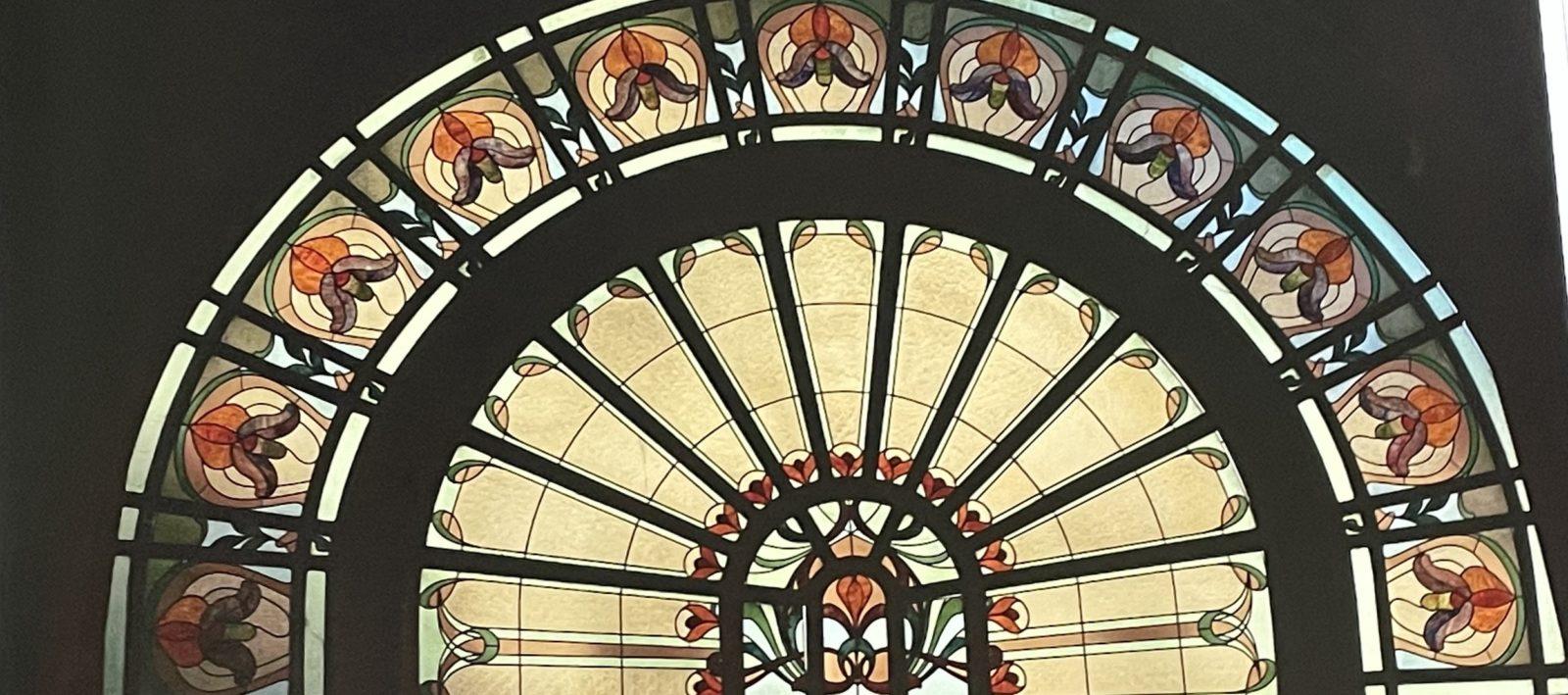 Buvette Cachat, vitraux semi-circulaires à motifs végétaux