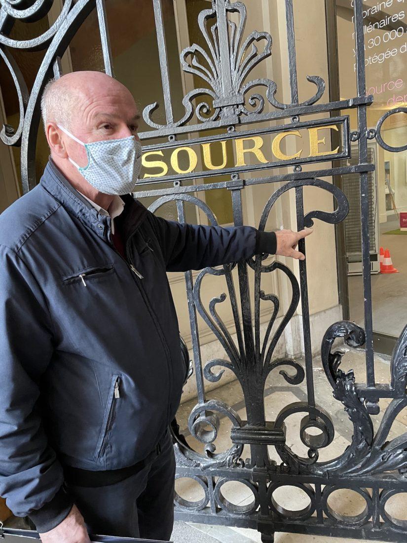 Didier Repelln devant la grille de la Buvette Cachat
