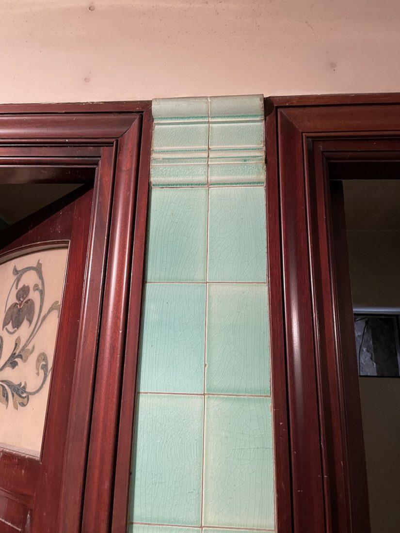 Buvette Cachat Evian décor de faïence et de carreaux de ciment