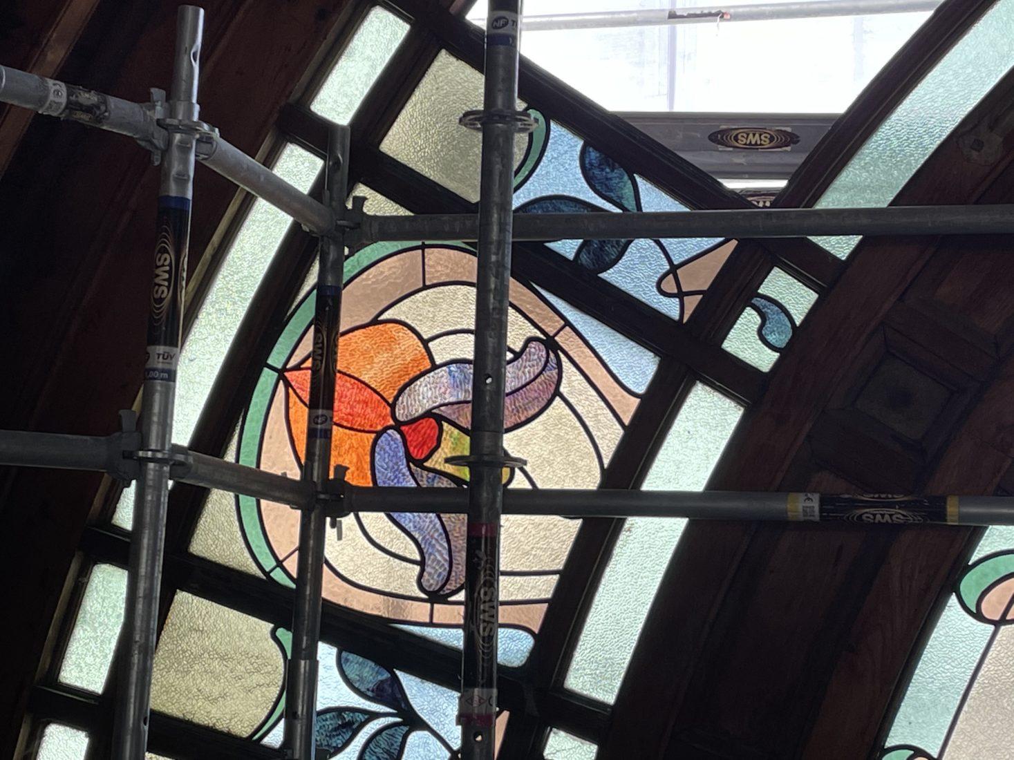 Buvette Cachat, restauration des vitraux semi-circulaires