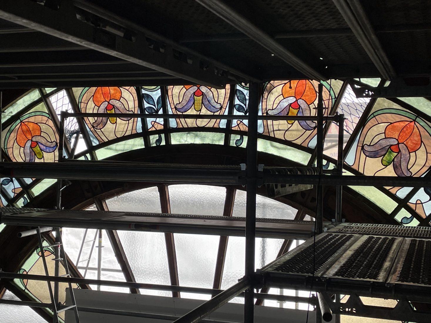 Buvette Cachat, vitraux semi-circulaires et échafaudages