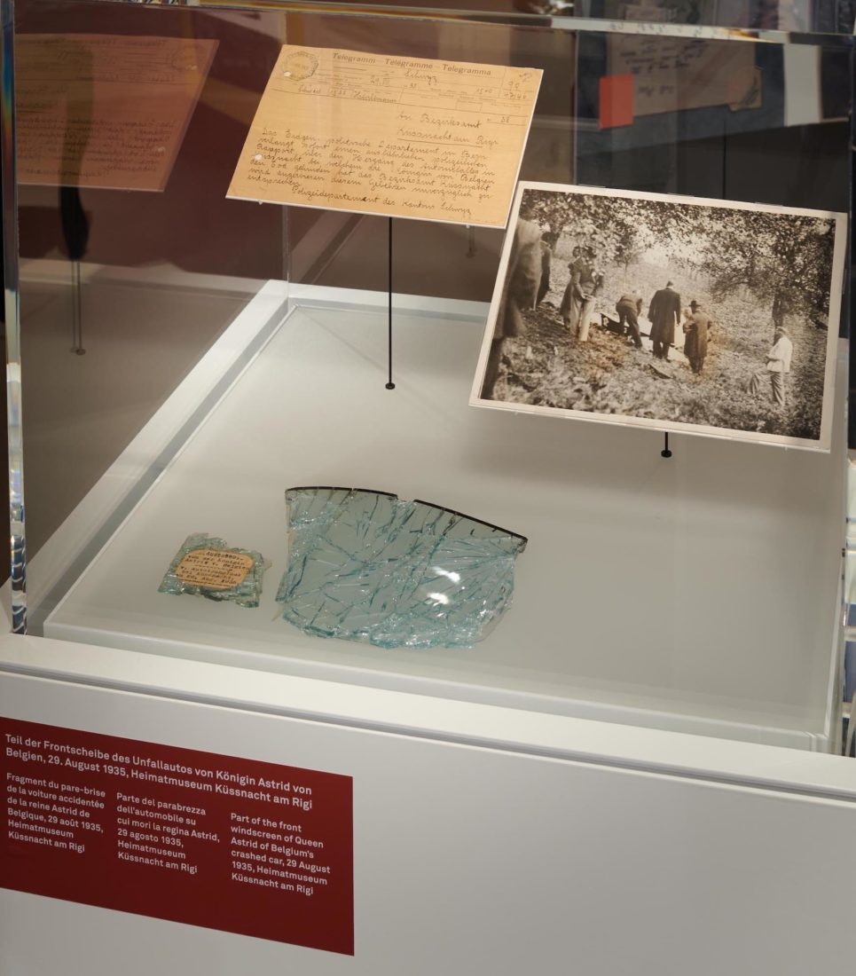 Exposition Schwyz. Fragments de la voiture accidentée Küssnacht-am-Rigi