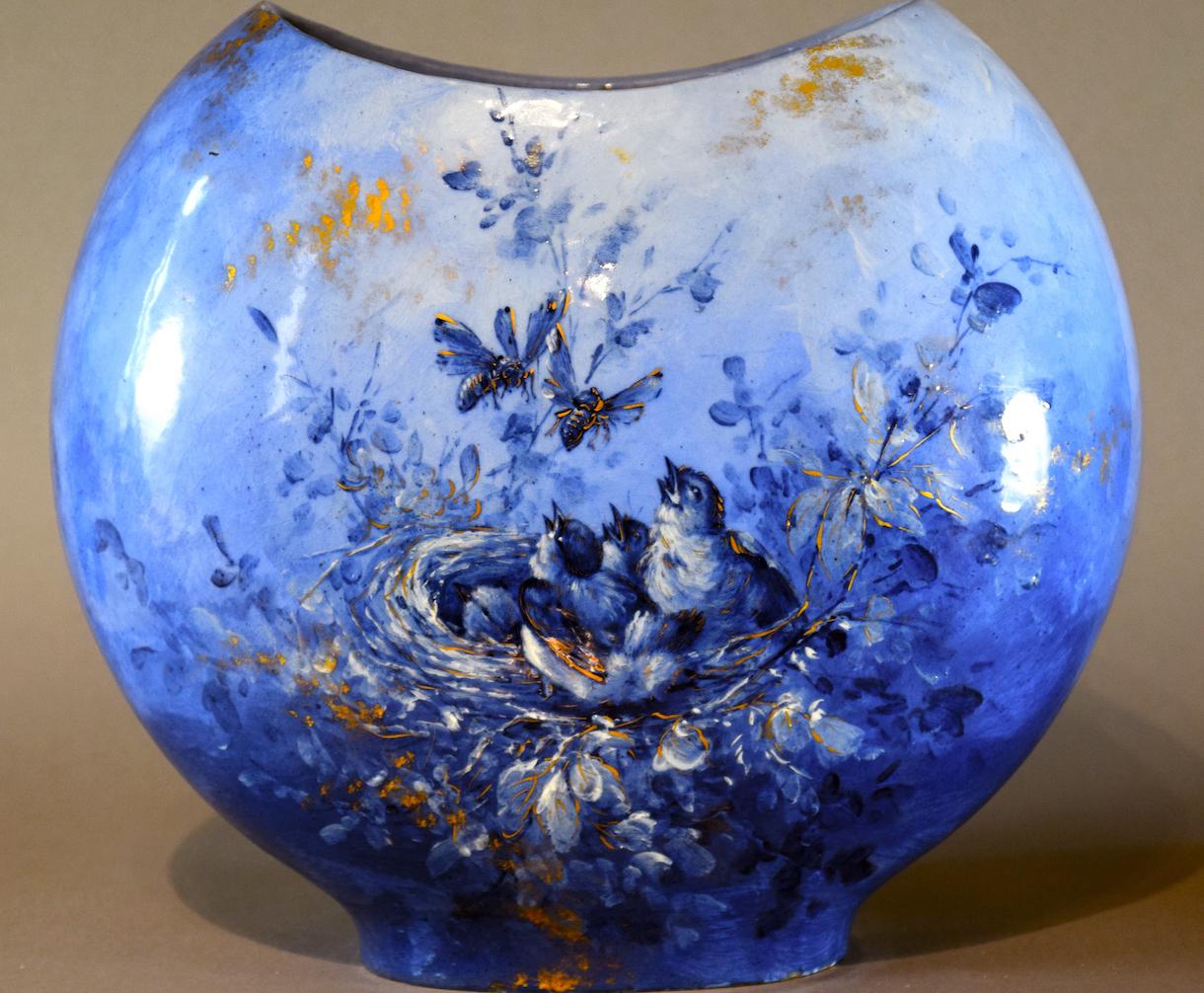 Longwy - Vase signé Emmanuel Kilbert, décor barbotine en camaïeu bleu, Longwy