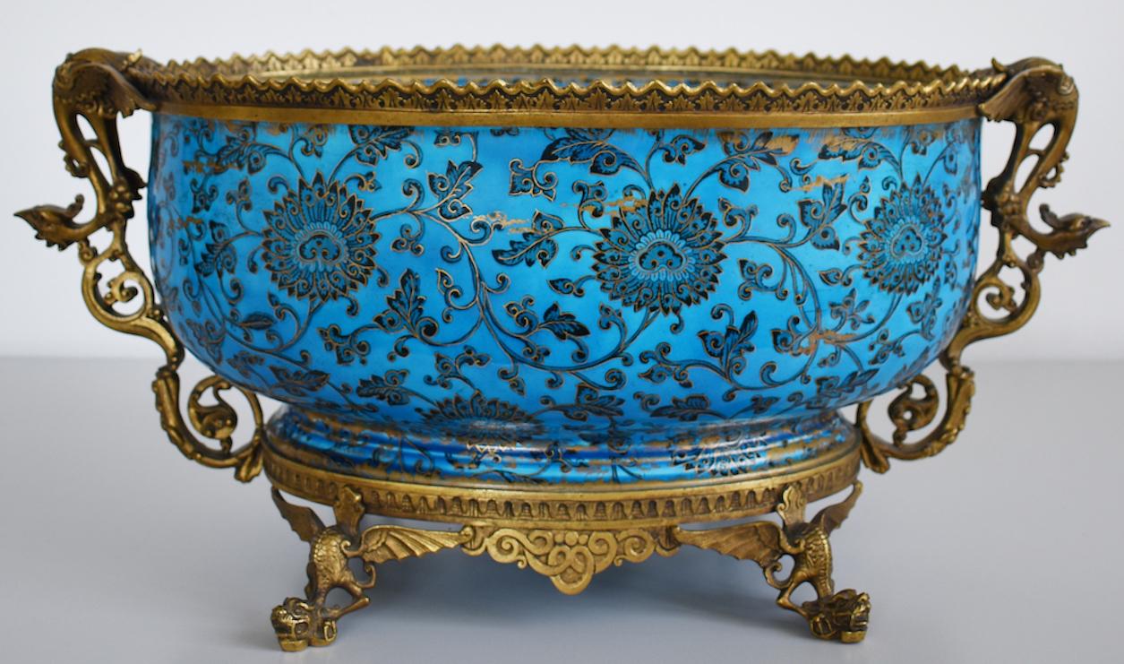 Longwy - Vasque à décor chinois monté sur bronze. Décors imprimés sous glaçure.