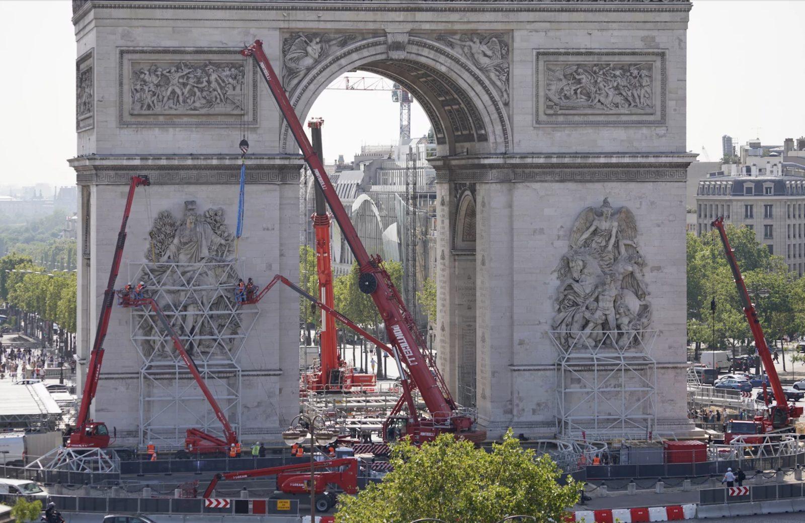 Christo  l'Arc de Triomphe empaqueté - installation