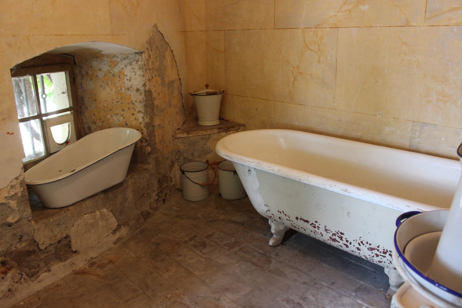 Domaine de La Doges salle de bain ancienne