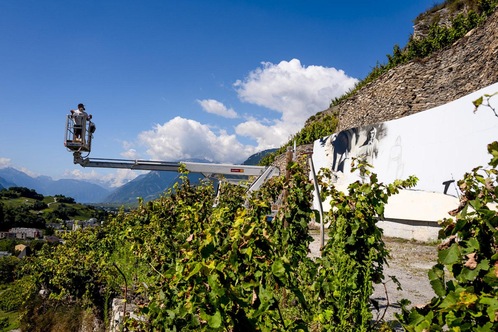 AVW Artiste au travail sur un mur Domaine du Mont d'Or Sion
